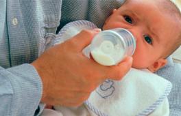 bébé en train de prendre son biberon