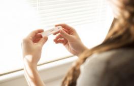 Femme regarde son test de grossesse