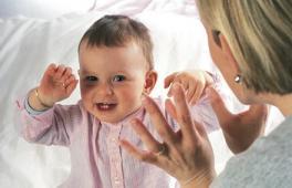 Maman chante une comptine à son bébé