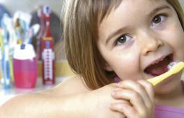 petite fille qui se brosse les dents