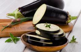 aubergine tranchées pour préparer le caviar d'aubergine de bébé