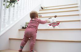 Enfant récupère sa peluche dans les marches d'escalier c'est très dangereux