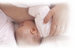 bébé qui tête le sein de sa maman