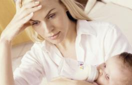 maman fatiguée par son bébé