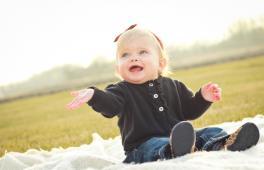 bébé de dix mois sur une nappe de pique-nique
