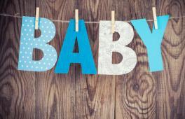 mot BABY sur fond bois
